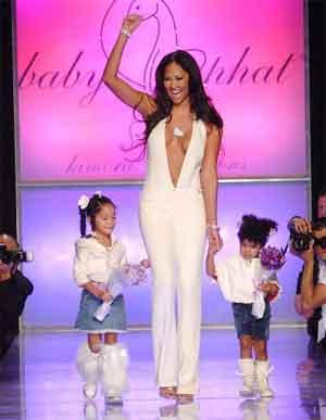 Kimora Lee Simmons desfilando Baby Phat, una division de Phat Fashions